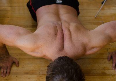男の胸の脂肪を落とす方法!たるみは筋トレとストレッチで解消!